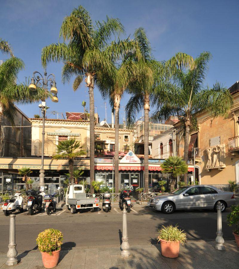 Cedesi attività di ristorazione con attrezzature - Aci Trezza/Via Provinciale/Piazza
