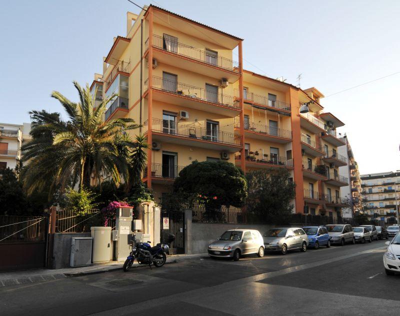 Appartamento 3 vani arredato - pressi Vulcania - Catania